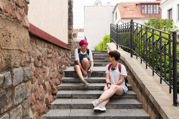 Amigos de tiro completo, sentado na escada