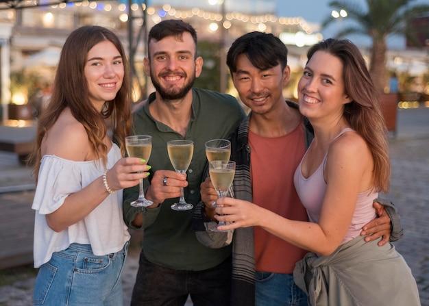 Amigos de tiro médio com champanhe