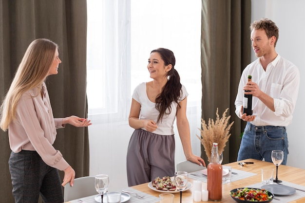 Amigos de tiro médio com vinho