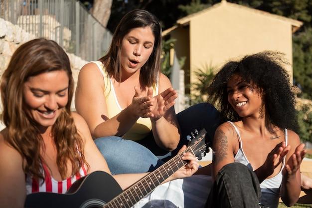 Amigos de tiro médio com violão