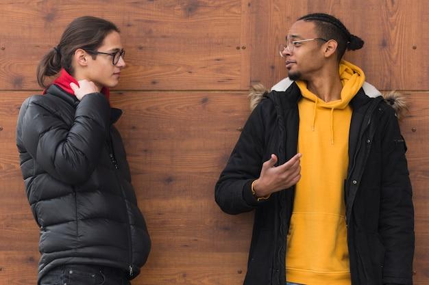 Amigos de tiro médio conversando ao ar livre
