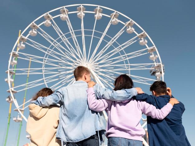 Amigos de tiro médio em parque de diversões Foto gratuita