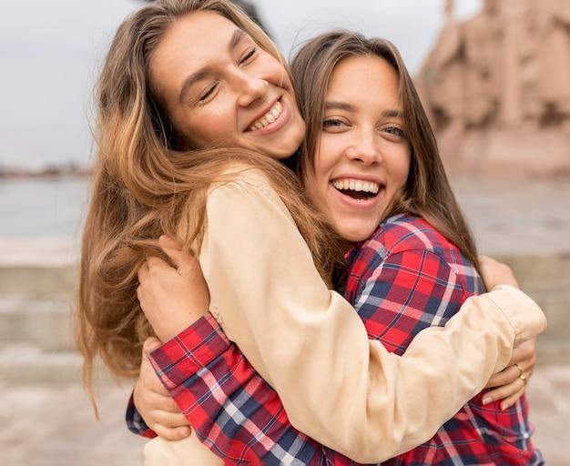 Amigos de tiro médio se abraçando