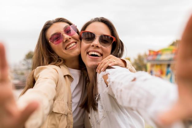 Amigos de tiro médio tirando selfie