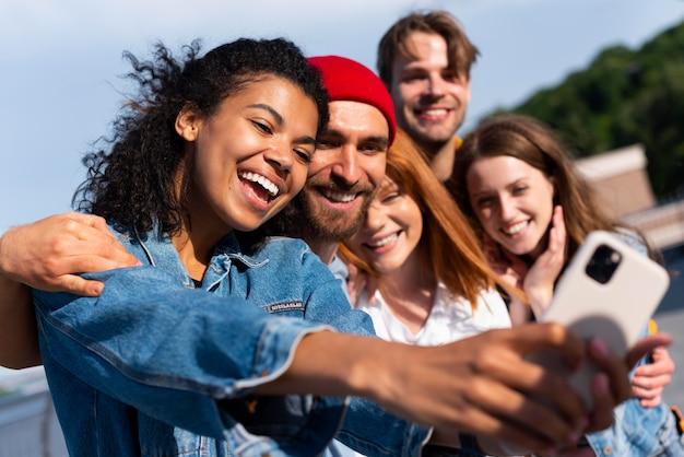 Amigos de tiro médio tirando selfies