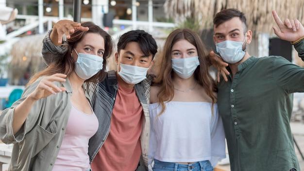 Amigos de tiro médio usando máscaras médicas