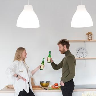 Amigos de vista lateral tomando cerveja