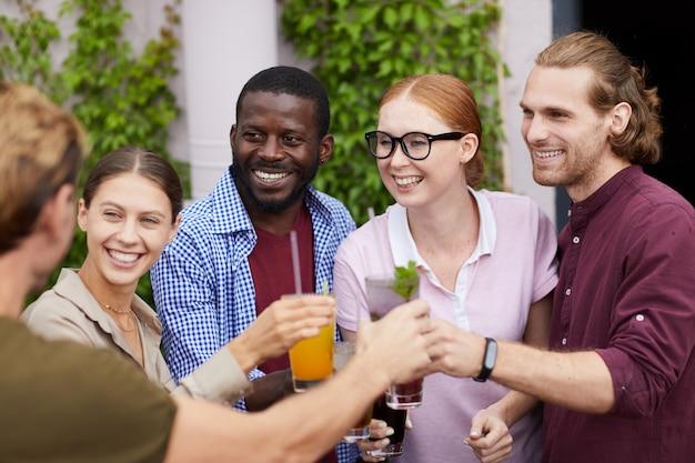 Amigos, desfrutando de bebidas na festa