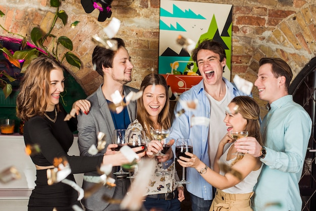 Amigos, desfrutando, partido, com, brindar, copo vinho