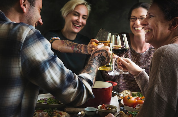 Amigos, desfrutando, um, agradável, jantar