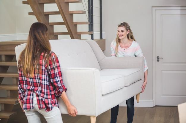 Amigos, deslocando o sofá na casa nova