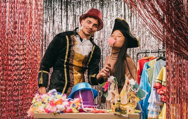 Amigos disfarçados de baixo ângulo para festa de carnaval