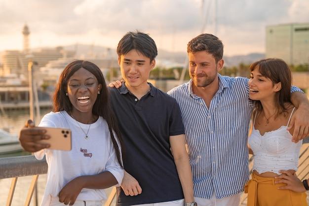 Amigos diversos positivos com smartphone