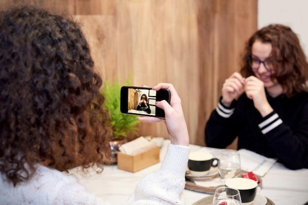 Amigos do ensino médio tirando foto um do outro