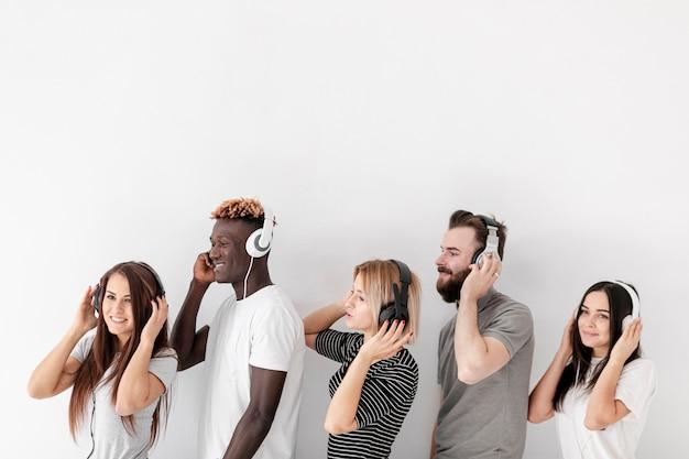 Amigos do espaço para cópia alinhados com fones de ouvido