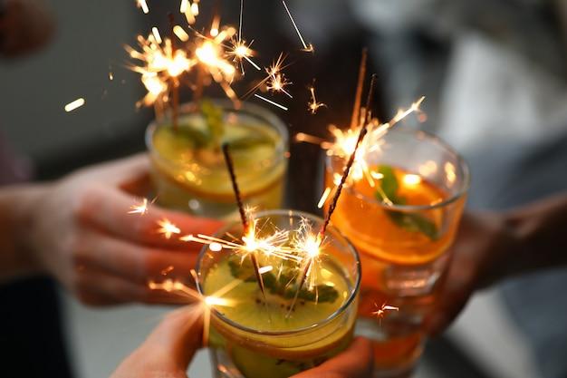 Amigos do grupo jovem segurar na mão cocktail com diamante