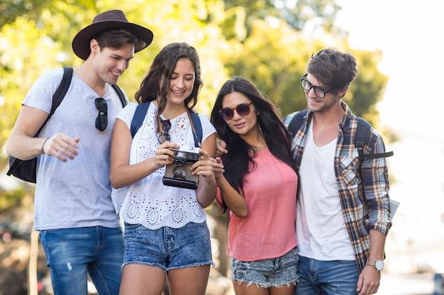 Amigos do quadril olhando para câmera digital ao ar livre