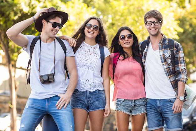 Amigos do quadril posando para a câmera ao ar livre durante uma viagem