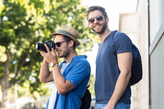Amigos do quadril tirando fotos nas ruas