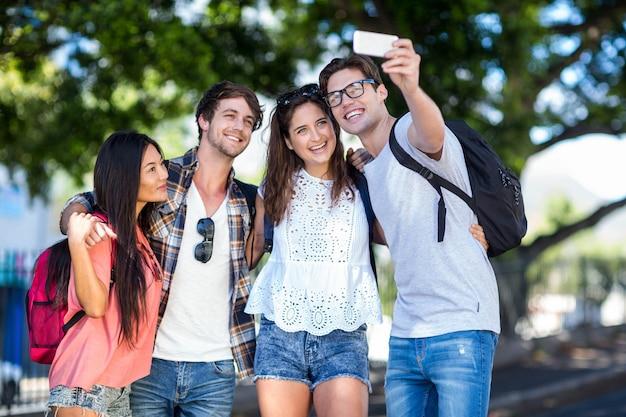 Amigos do quadril tomando selfie nas ruas