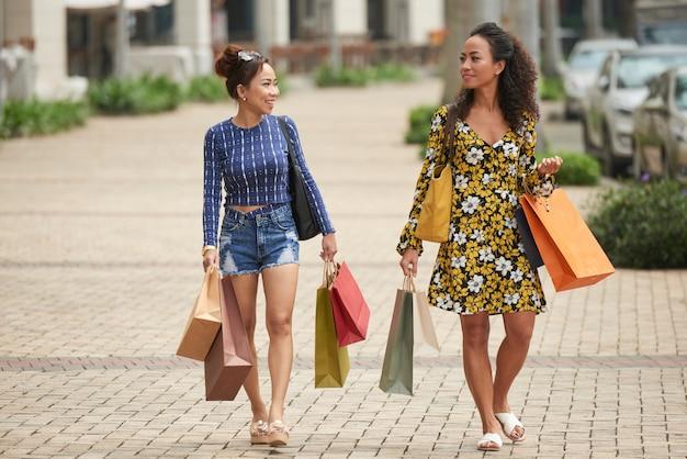 Amigos do sexo feminino a gostar de fazer compras