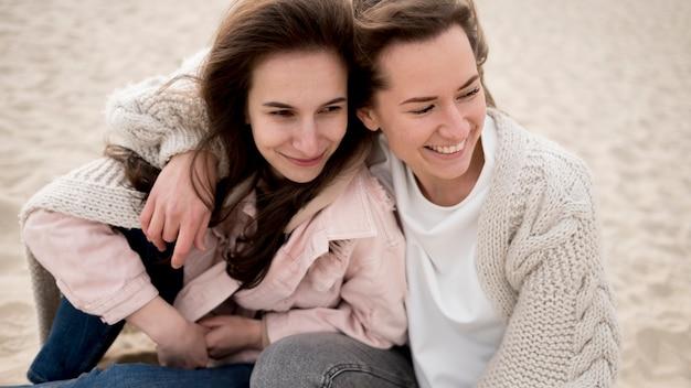 Amigos do sexo feminino alta vista na praia