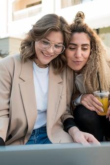 Amigos do sexo feminino close-up felizes juntos