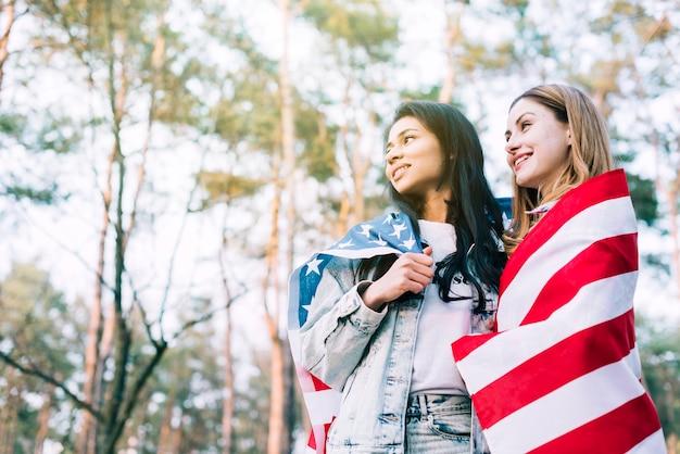 Amigos do sexo feminino comemorar o dia da independência