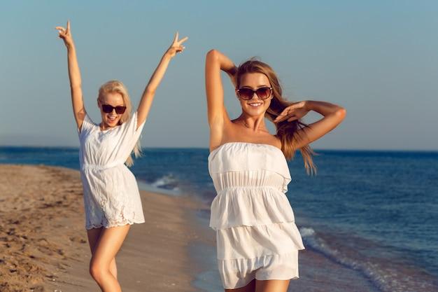 Amigos do sexo feminino de férias