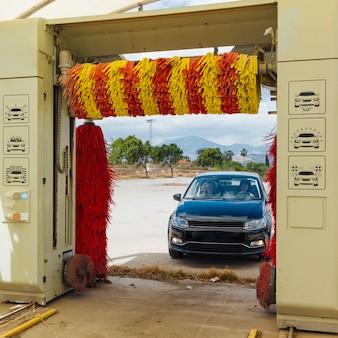 Amigos do sexo feminino dirigindo o carro para lavar enquanto viaja
