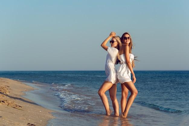 Amigos do sexo feminino em férias