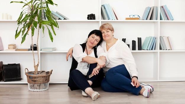 Amigos do sexo feminino em um estúdio com livros