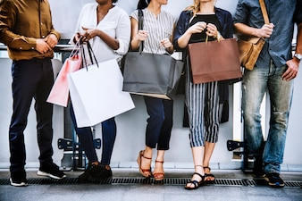 Amigos do sexo feminino fazendo compras juntos