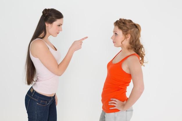 Amigos do sexo feminino jovens com raiva tendo um argumento