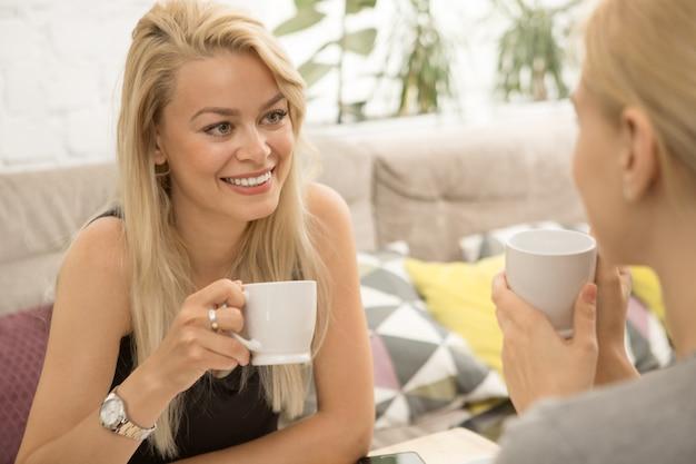 Amigos do sexo feminino no café