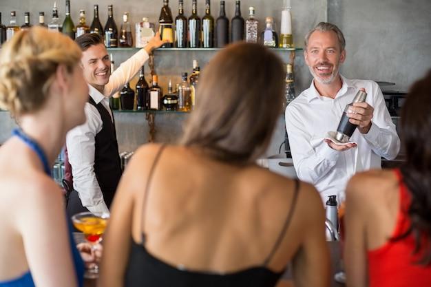 Amigos do sexo feminino pedir bebidas