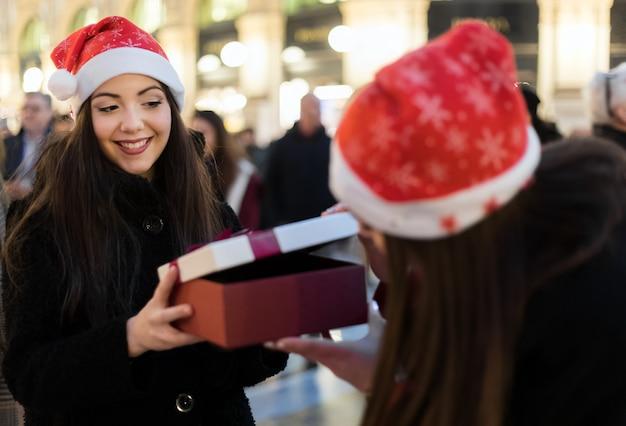 Amigos do sexo feminino trocando presentes para o natal