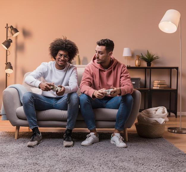 Amigos do sexo masculino concentrados durante o jogo