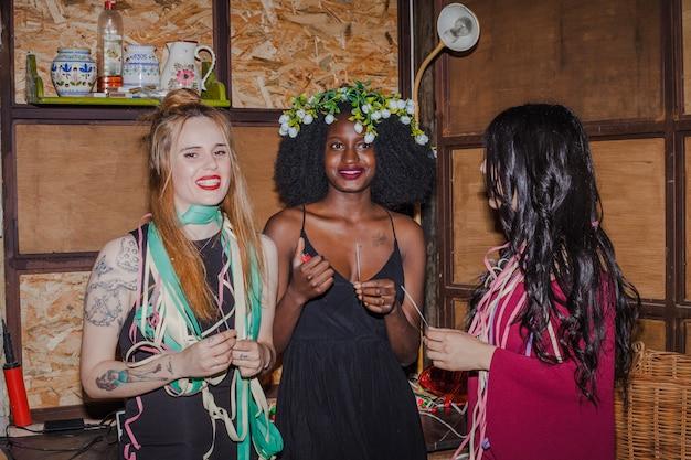 Amigos do smiley na festa da primavera