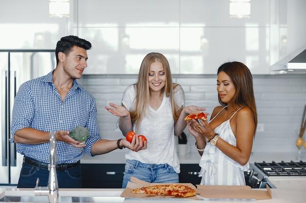 Amigos eatting em uma cozinha