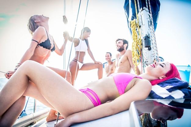 Amigos em barco à vela