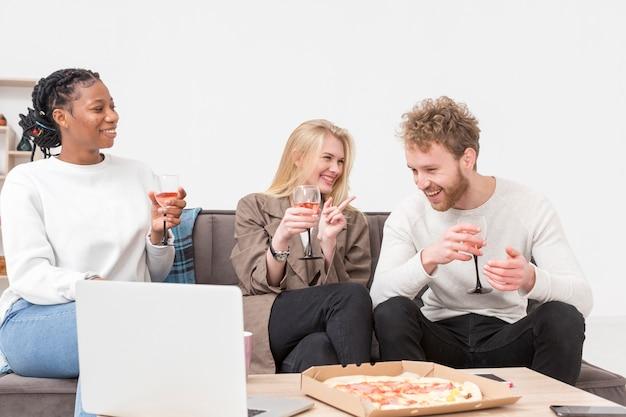 Amigos em casa almoçando