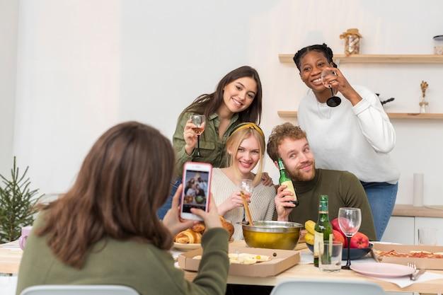 Amigos em casa tirando fotos