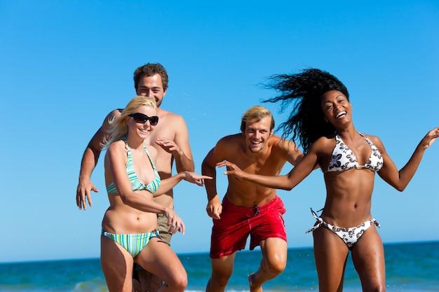 Amigos em férias na praia