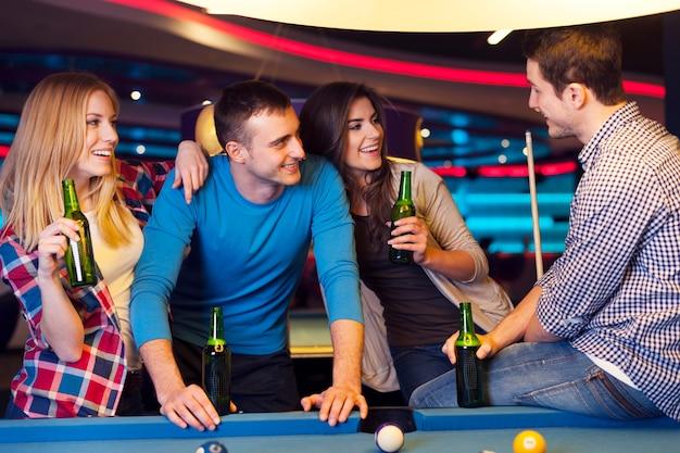 Amigos em festa no clube de bilhar