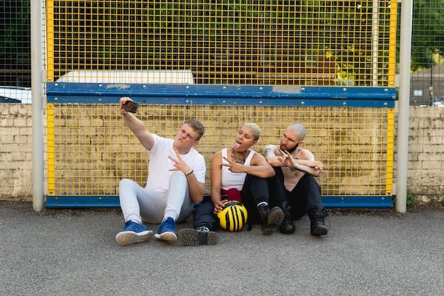 Amigos em fotos tirando selfie