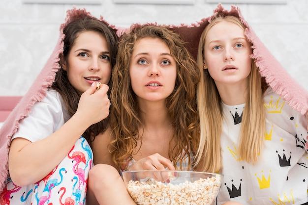 Amigos, em, pijama, partido, comer, pipoca milho