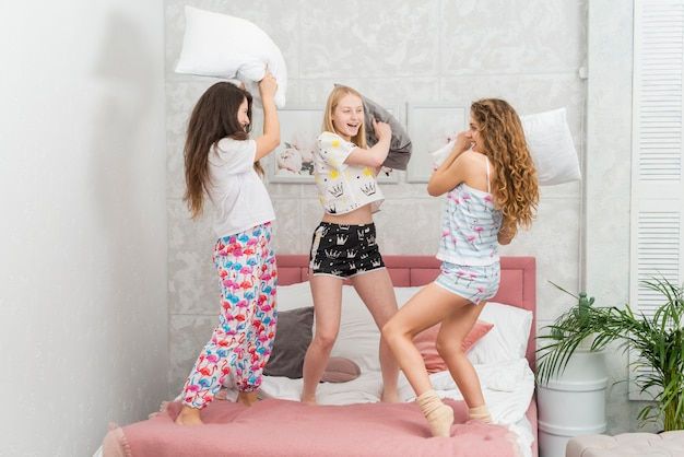 Amigos, em, pijama, partido, luta, com, travesseiros