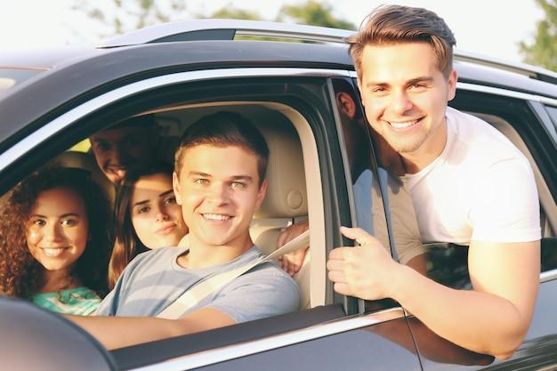 Amigos em um carro