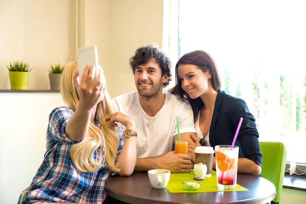 Amigos em uma cafeteria